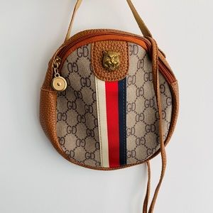 Small fashionable hand bag. New. Great condition.